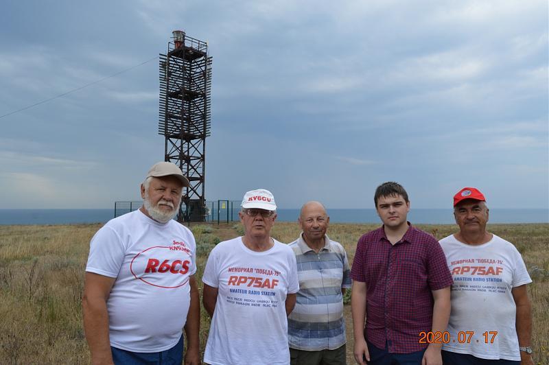 Фото команды RV6AWZ у маяка Железный Рог в день отъезда