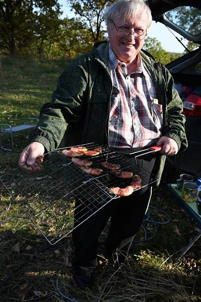 В меню – стейк средней обжарки, приготовленный на углях, и чай