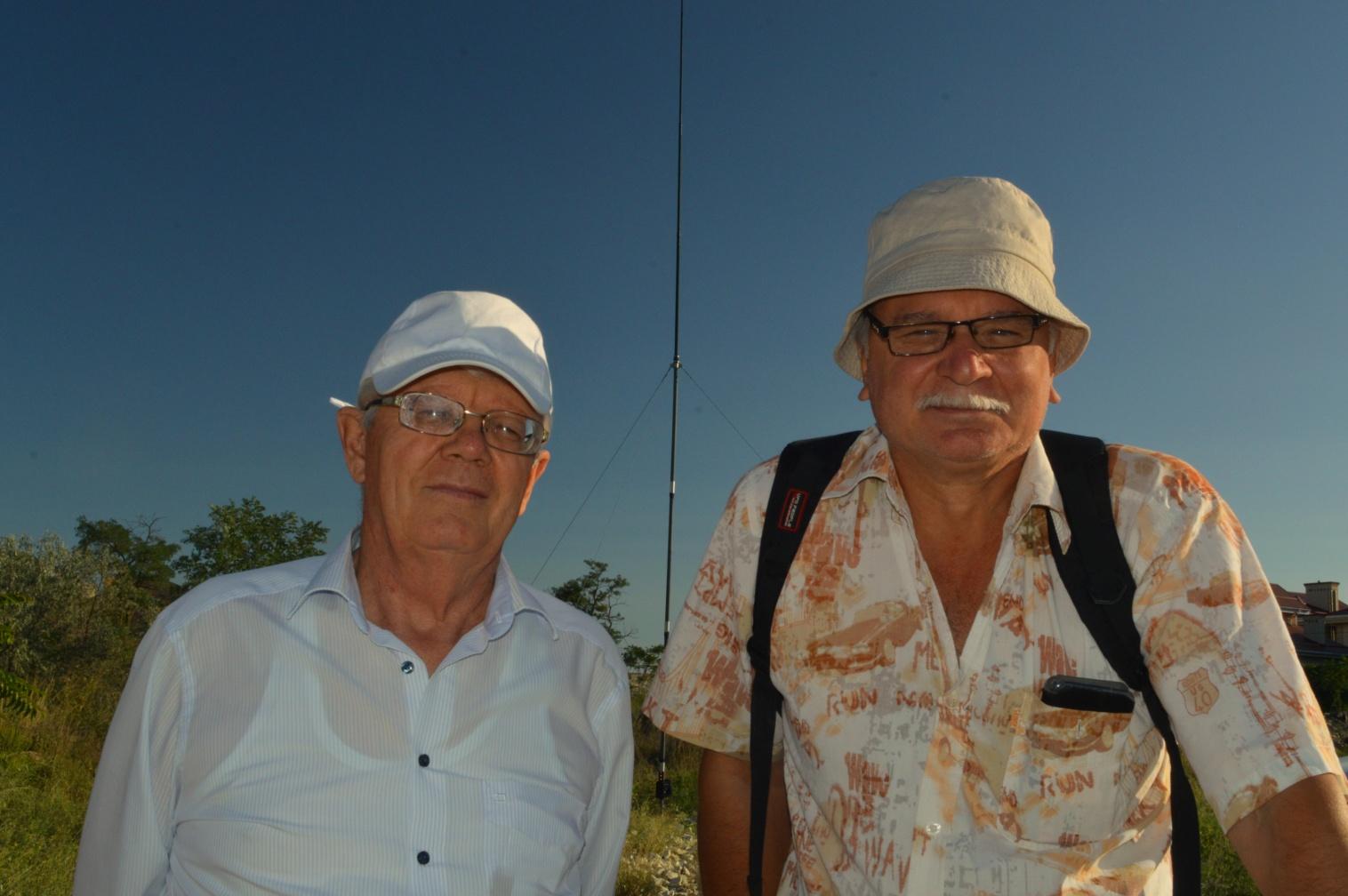 Андрей Уженков RZ6BY, нас спаситель на фото справа в панаме и с роскошными усами